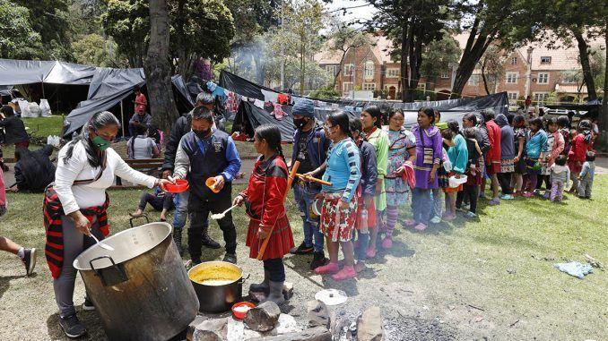 """Indígenas asentados en parque de Bogotá reclaman un lugar """"digno"""" para vivir"""
